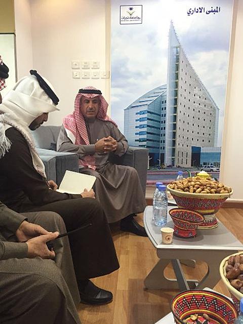 مدير الجامعة أثناء تواجدة في جناح الجامعة